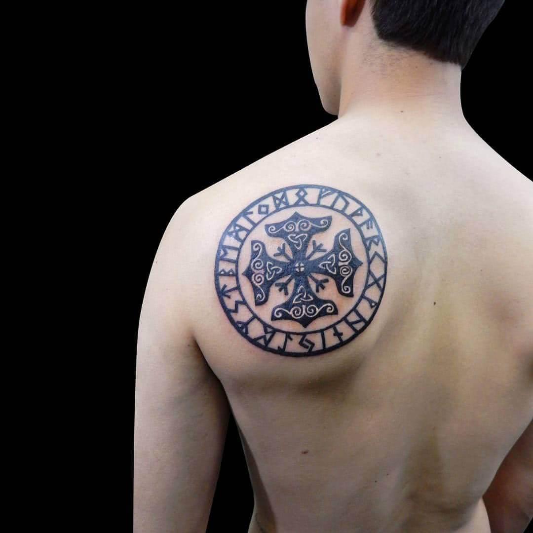 Kreuz mit keltischen Runen