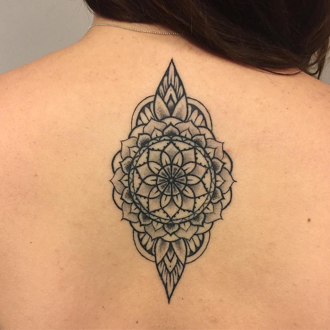 Lineart Mandala auf dem Rücken