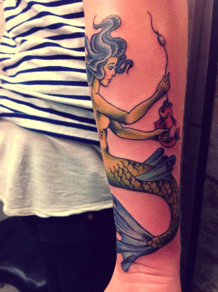 Meerjungfrau hilft Fisch