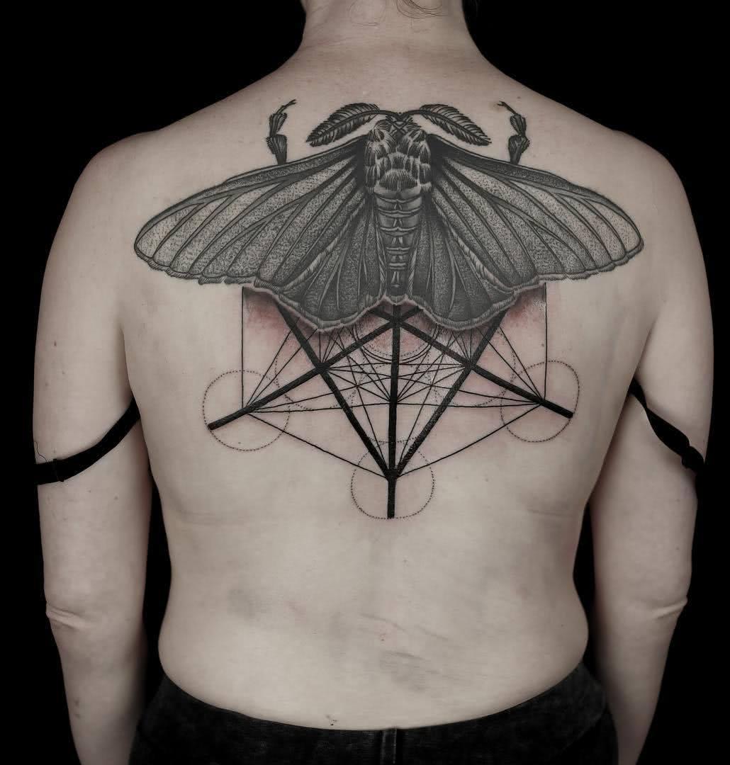 Motte mit geometrischen Symbolen
