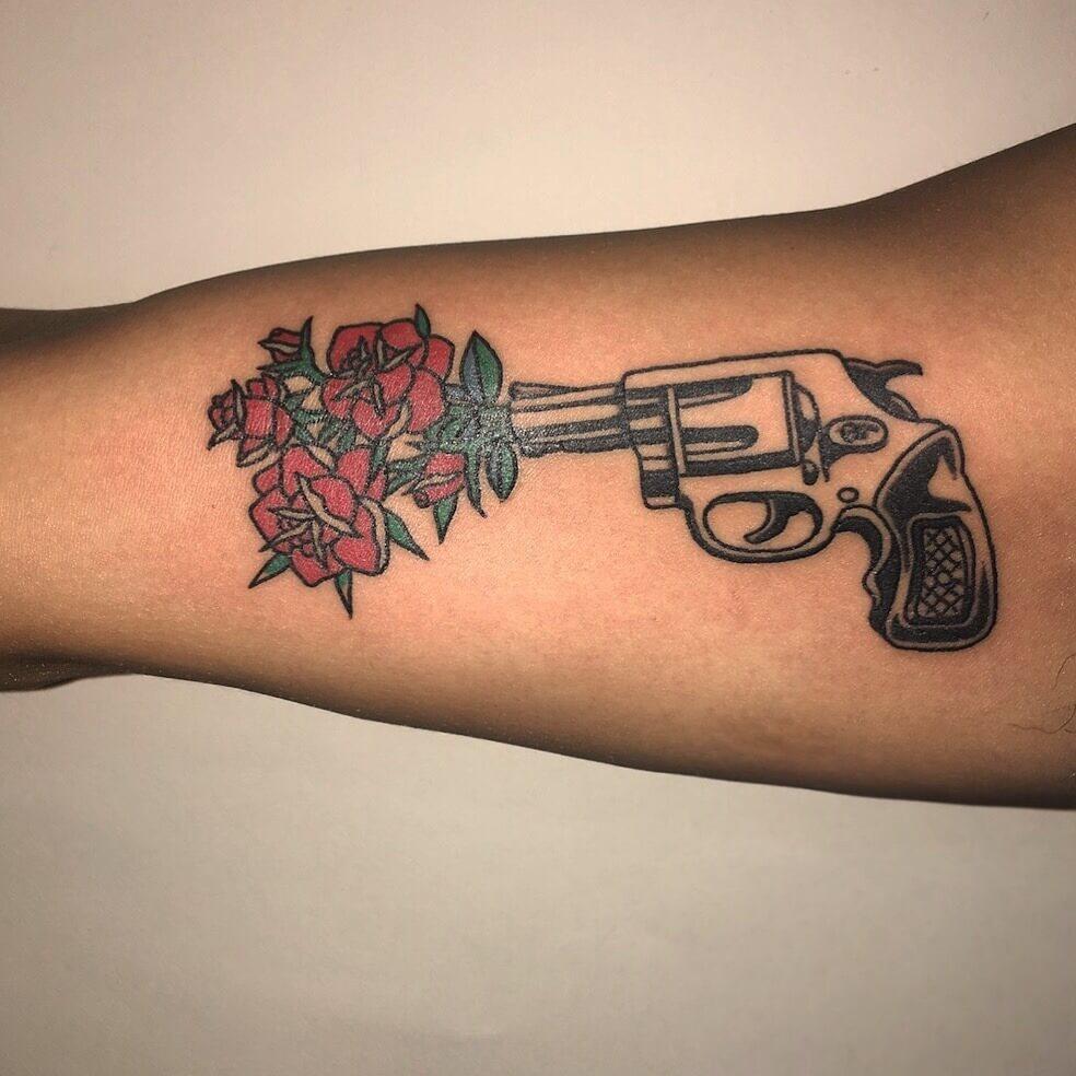 Pistole mit Blumenstrauß