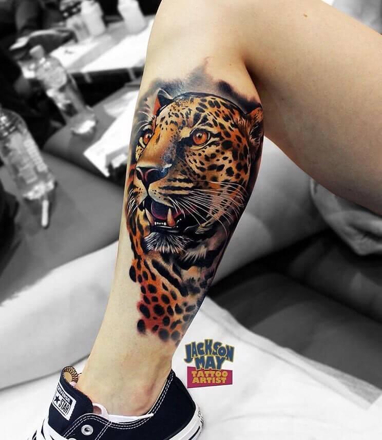 Realistischer Leopard auf der Wade