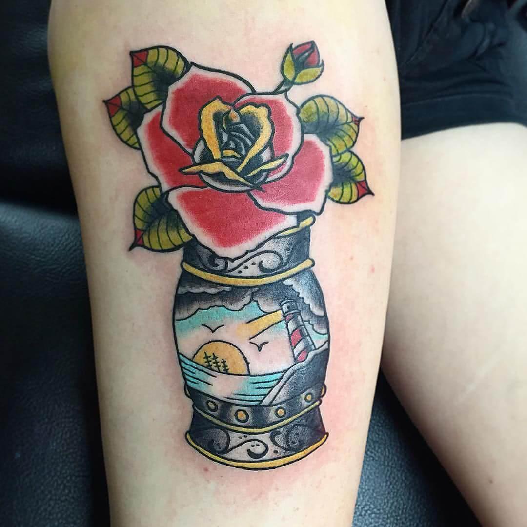 Rose in verzierter Vase