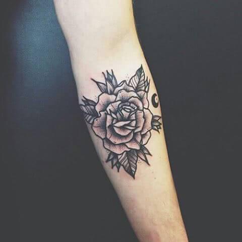 schwarze Rose mit Blättern