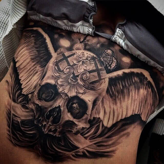 Totenkopf mit Engelsflügel