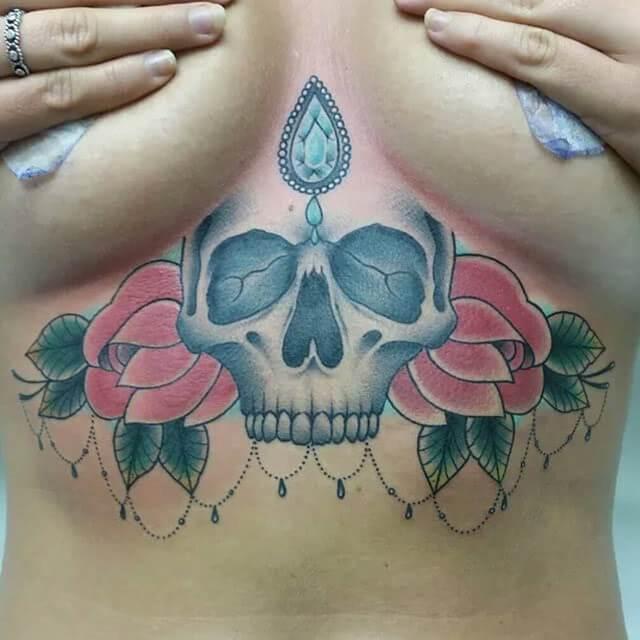 Underboob Tattoo Totenkopf