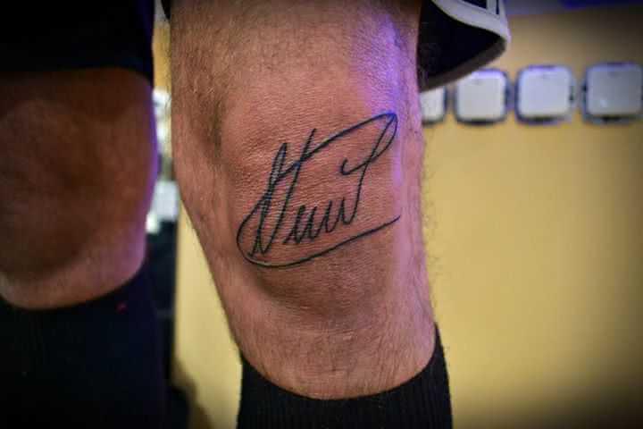 Unterschrift auf Knie