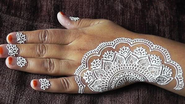 weißes Blumen Henna Tattoo