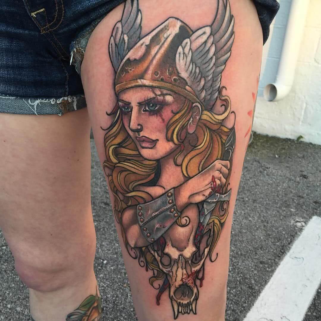 Wikinger Frau mit Helm