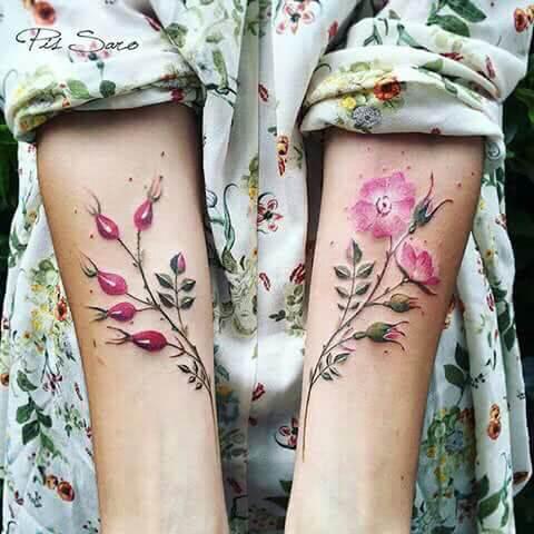 Zarte farbige Blumen auf dem Arm