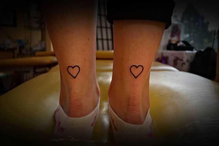zwei Herzen Beim Tattoo